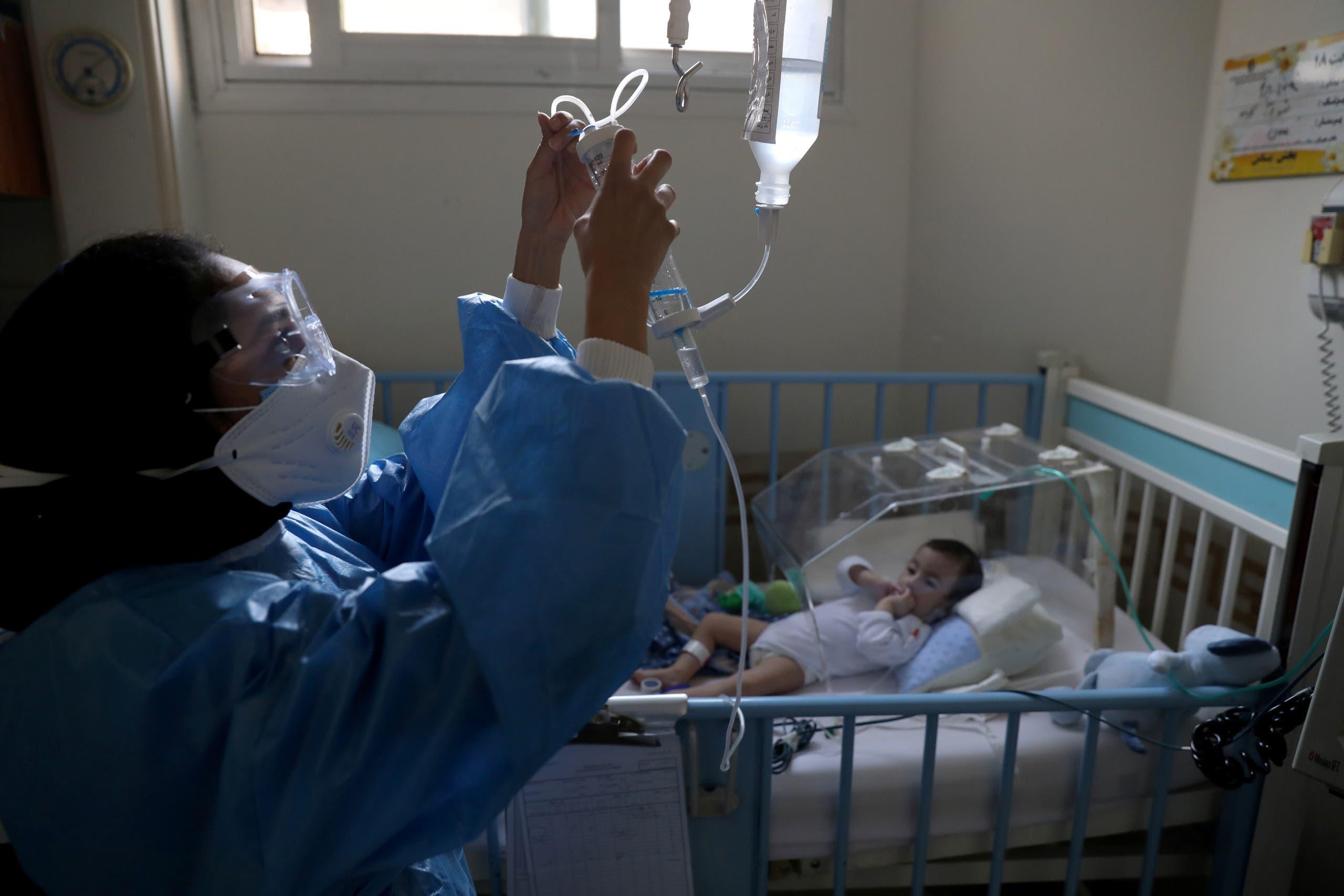 طفل مصاب بكورونا يتلقى العلاج في مستشفى بطهران
