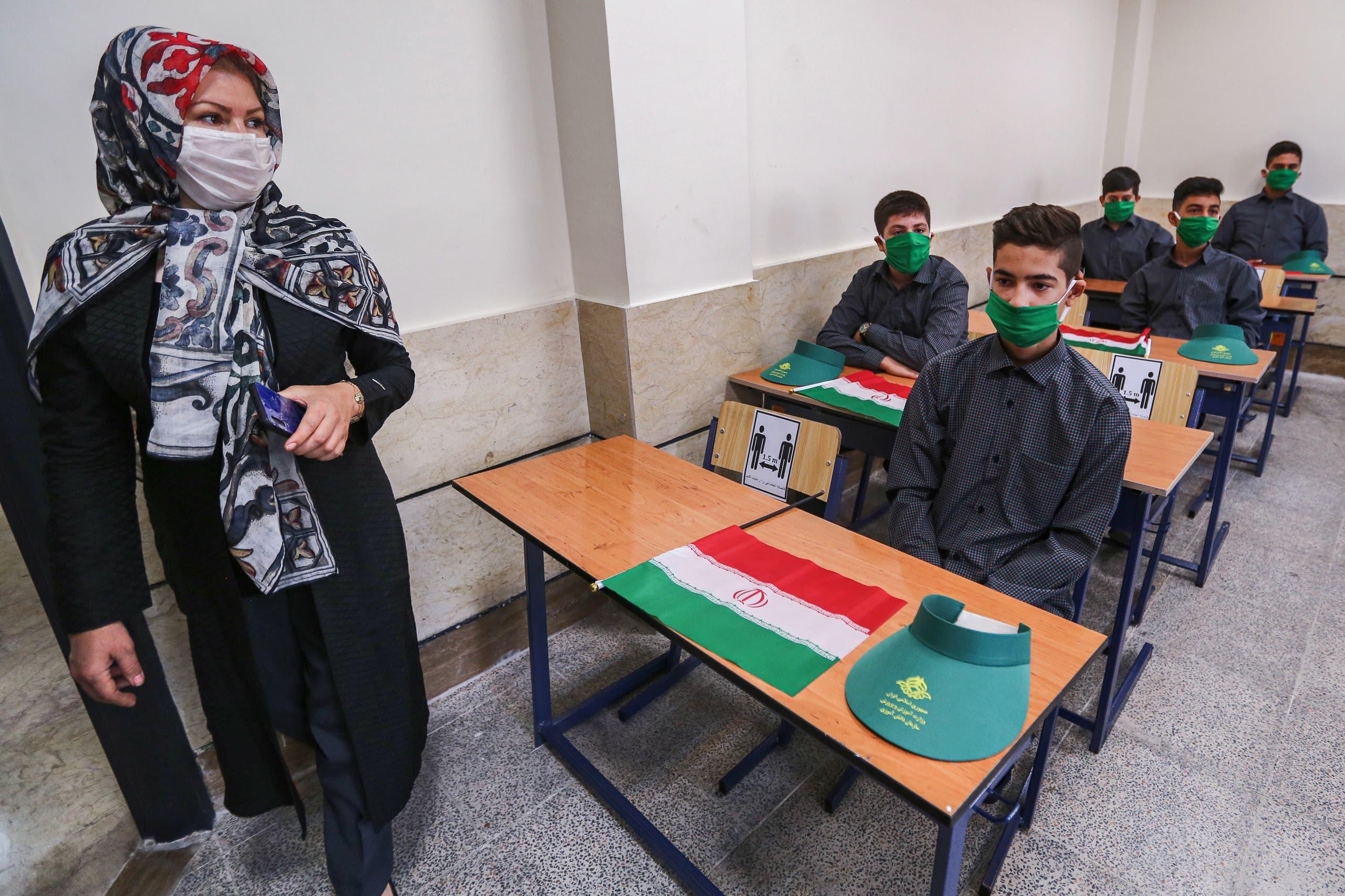 طلاب يرتدون الكمامات في مدرسة بطهران