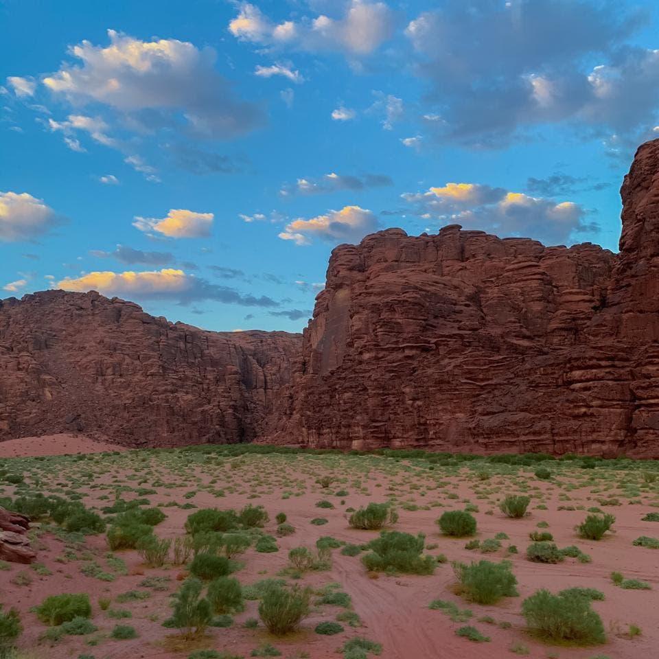 كهوف وسط جبال شمال السعودية ترسم جمال الطبيعية