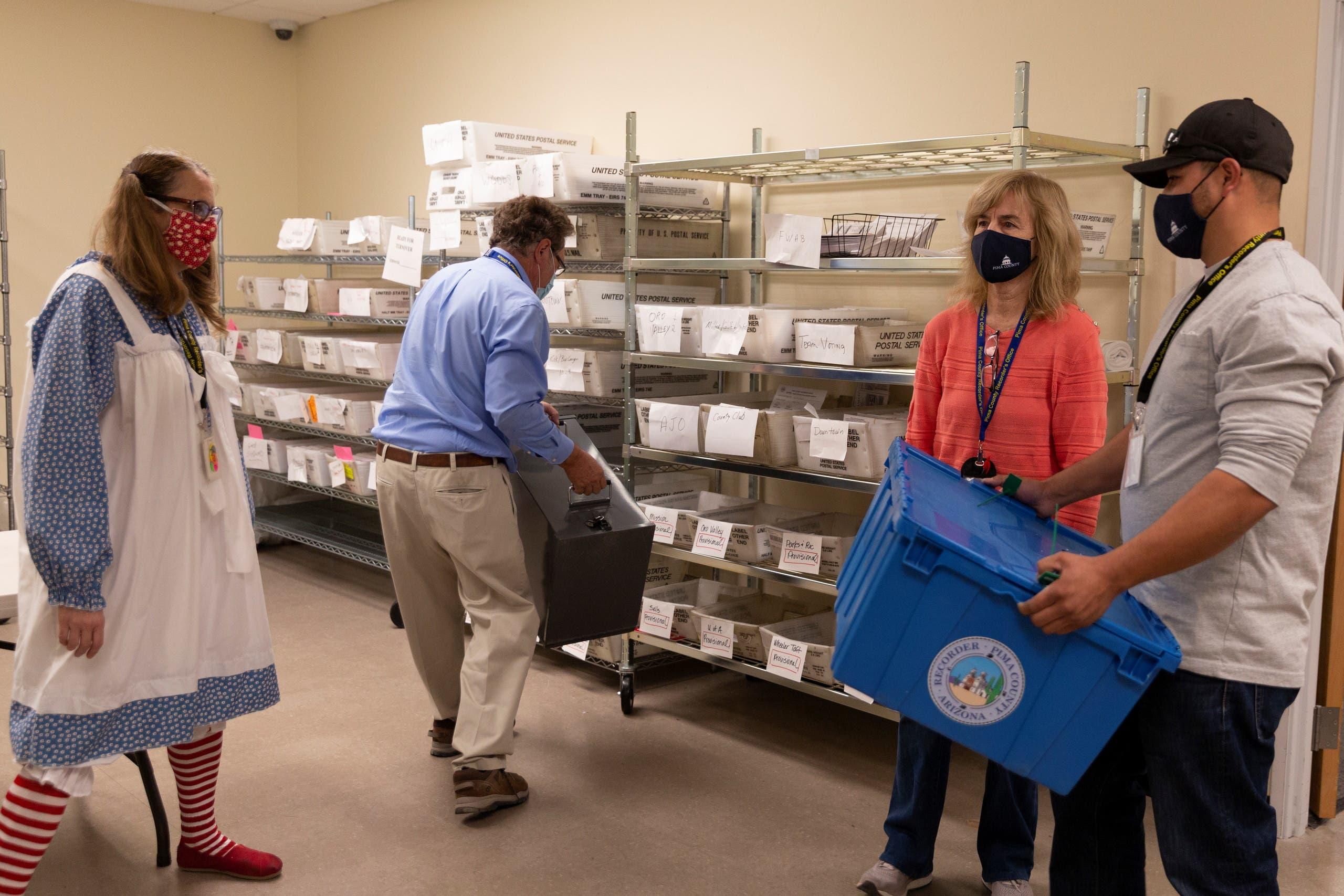 مركز في أريزونا يتم فيه تجميع أوراق الاقتراع بير البريد والاقتراع المبكر