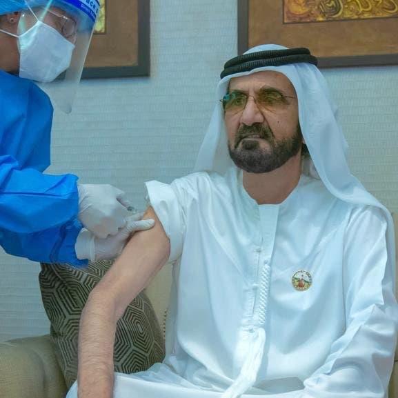 """""""أثناء تلقي لقاح كورونا"""".. حاكم دبي يغرد بصورة"""