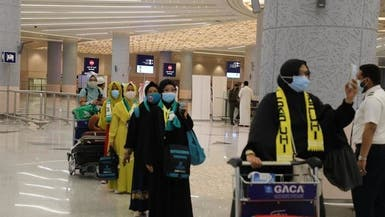 مشاهد بهجة لحظة وصول المعتمرين إلى السعودية