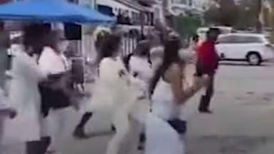 شاهد.. ناخبون أميركيون يرقصون أمام مراكز الاقتراع