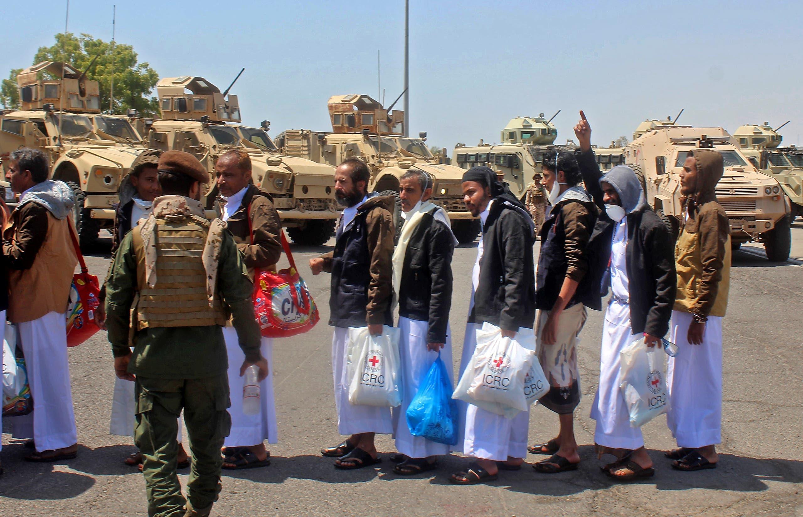 مساجين سابقون لدى الحوثي يصلون عدن بعد الإفراج عنهم بموجب صفقة التبادل الشهر الماضي