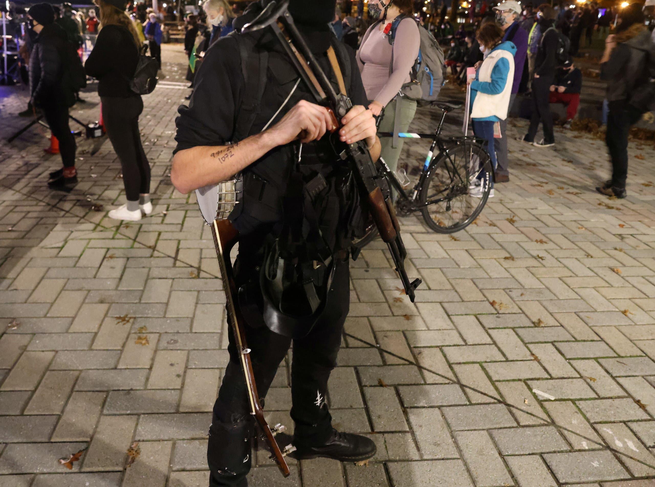 أحد المحتجين في بورتلاند حاملاً أسلحة خلال المظاهرة