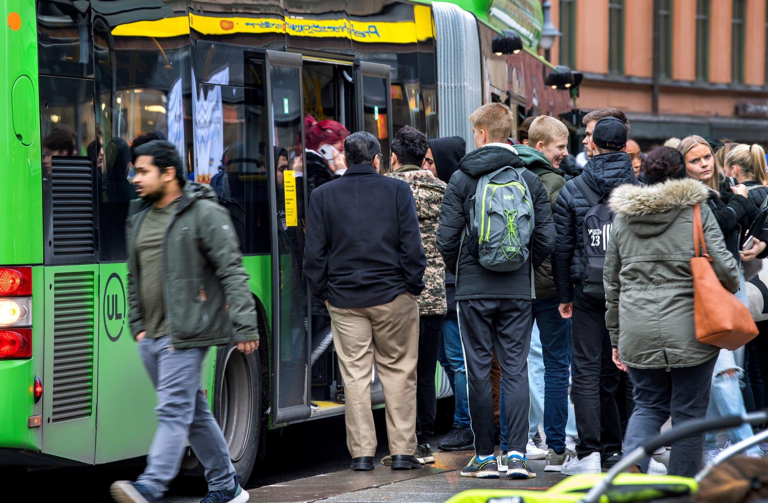 People board a bus as the coronavirus disease (COVID-19) outbreak continues in Uppsala, Sweden October 21, 2020. (TT News Agency/Claudio Bresciani via Reuters)