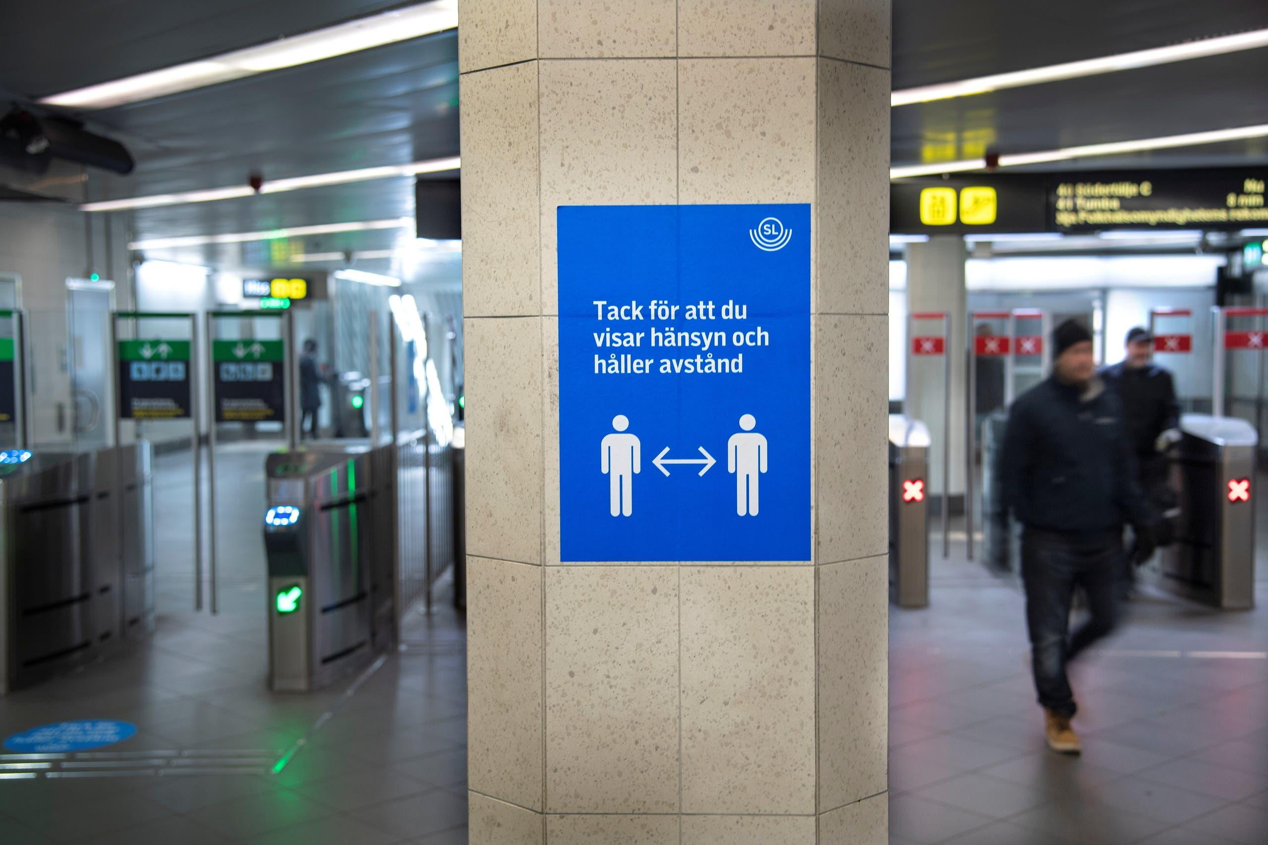 ملصق يحث على احترام التباعد الاجتماعي في وسائل النقل العام في السويد