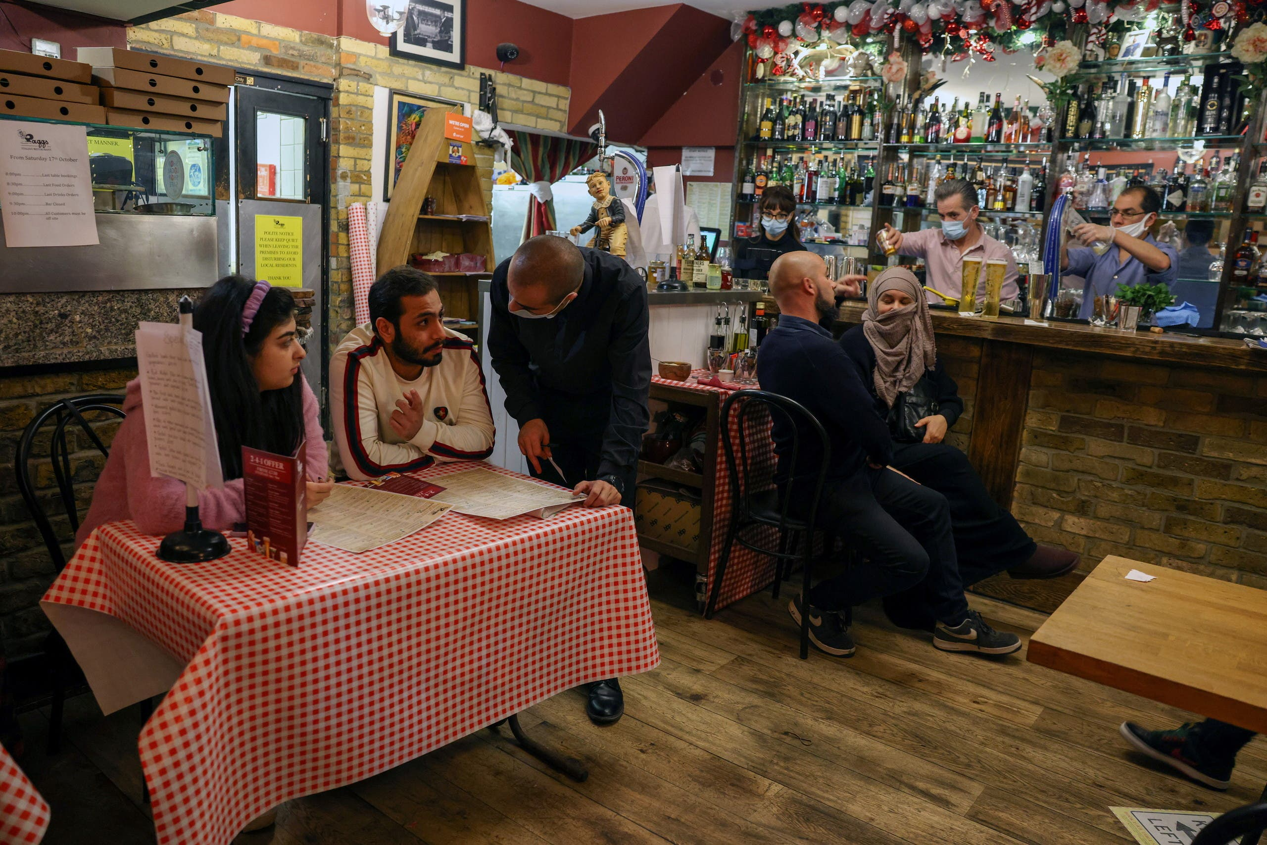 Customers and staff at Il Pagliaccio, an Italian restaurant, before closure ahead of the lockdown during the coronavirus disease (COVID-19) outbreak in Fulham, London, Britain November 4, 2020. (Reuters)