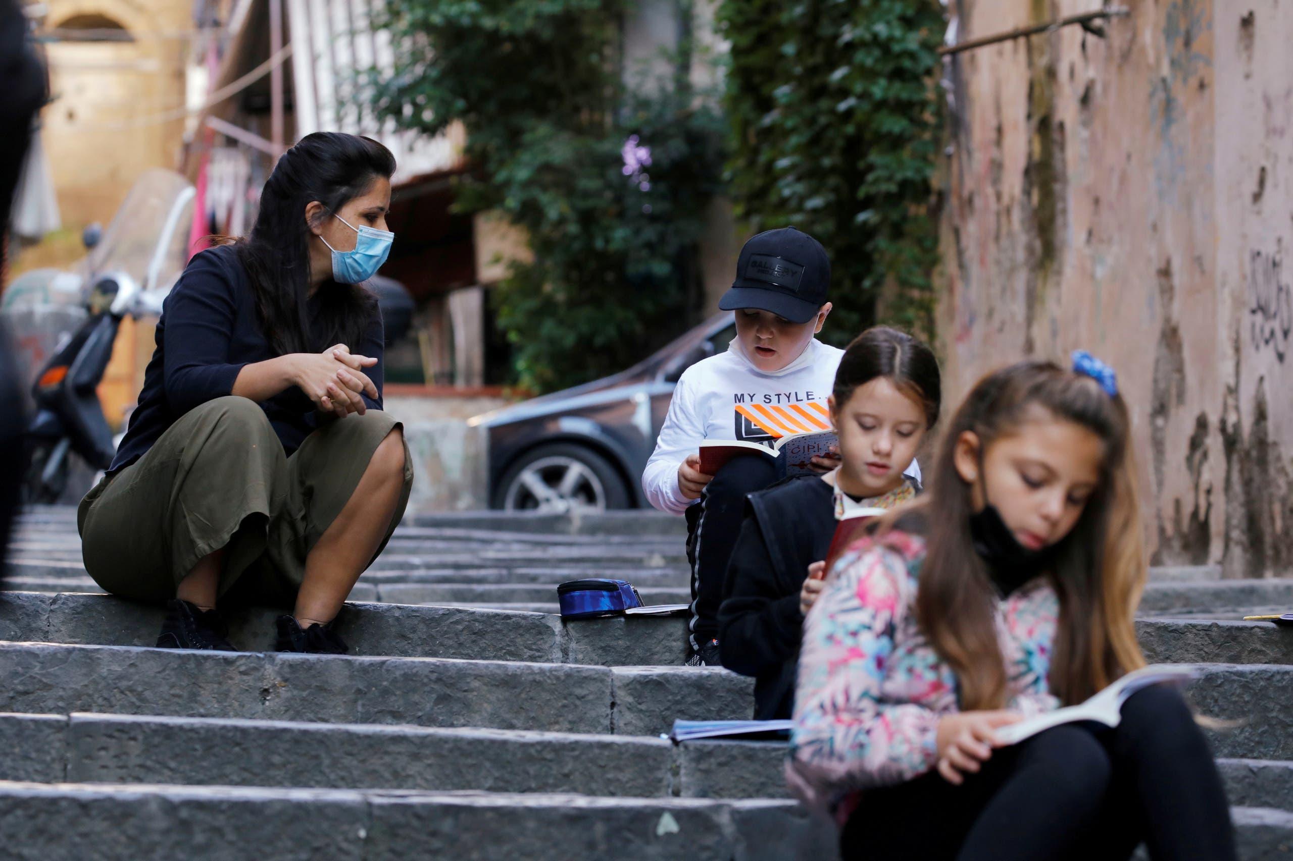 مدرسة تلقن تلامذها الدروس في الشارع في نابولي في إيطاليا بعد إقفال المدارس