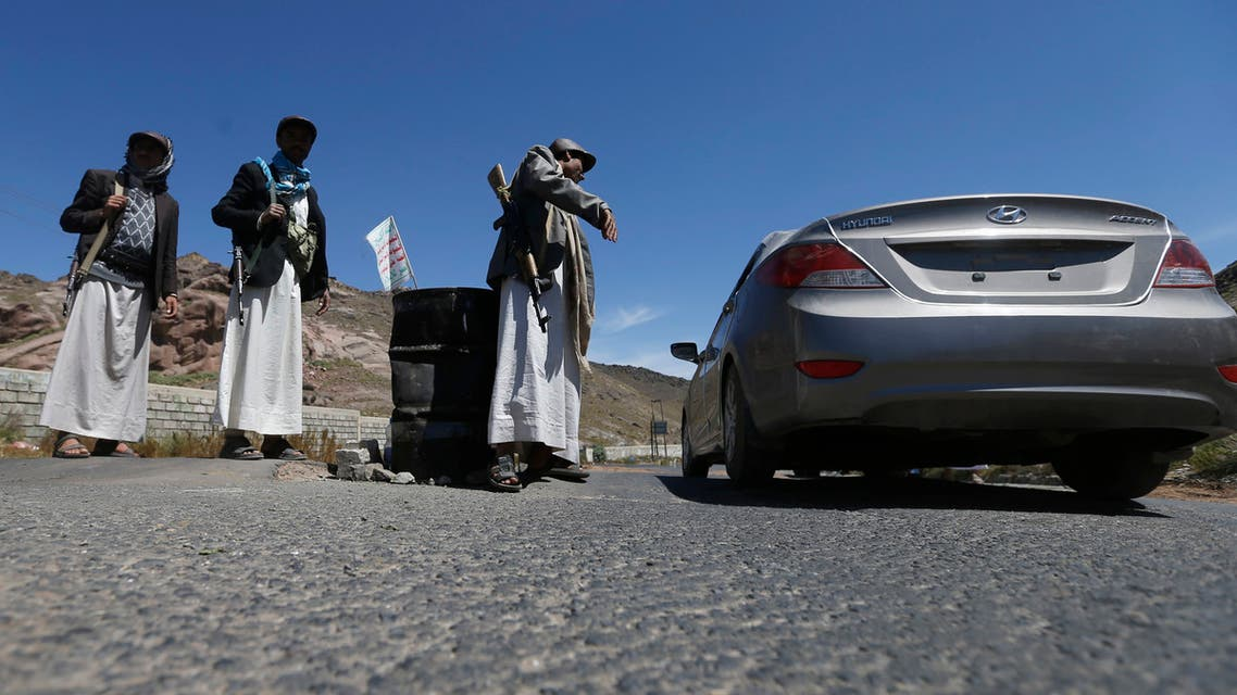 Shi'ite Houthi rebels man a checkpoint in Yareem town of Yemen's central province of Ibb October 22, 2014. Houthi fighters clashed with supporters of the Sunni Muslim Islah party in Yareem earlier this week, residents and local officials said, raising the spectre of a wider sectarian confrontation in the country, which shares a long border with the world's top oil exporter, Saudi Arabia. REUTERS/Khaled Abdullah (YEMEN - Tags: POLITICS CIVIL UNREST)