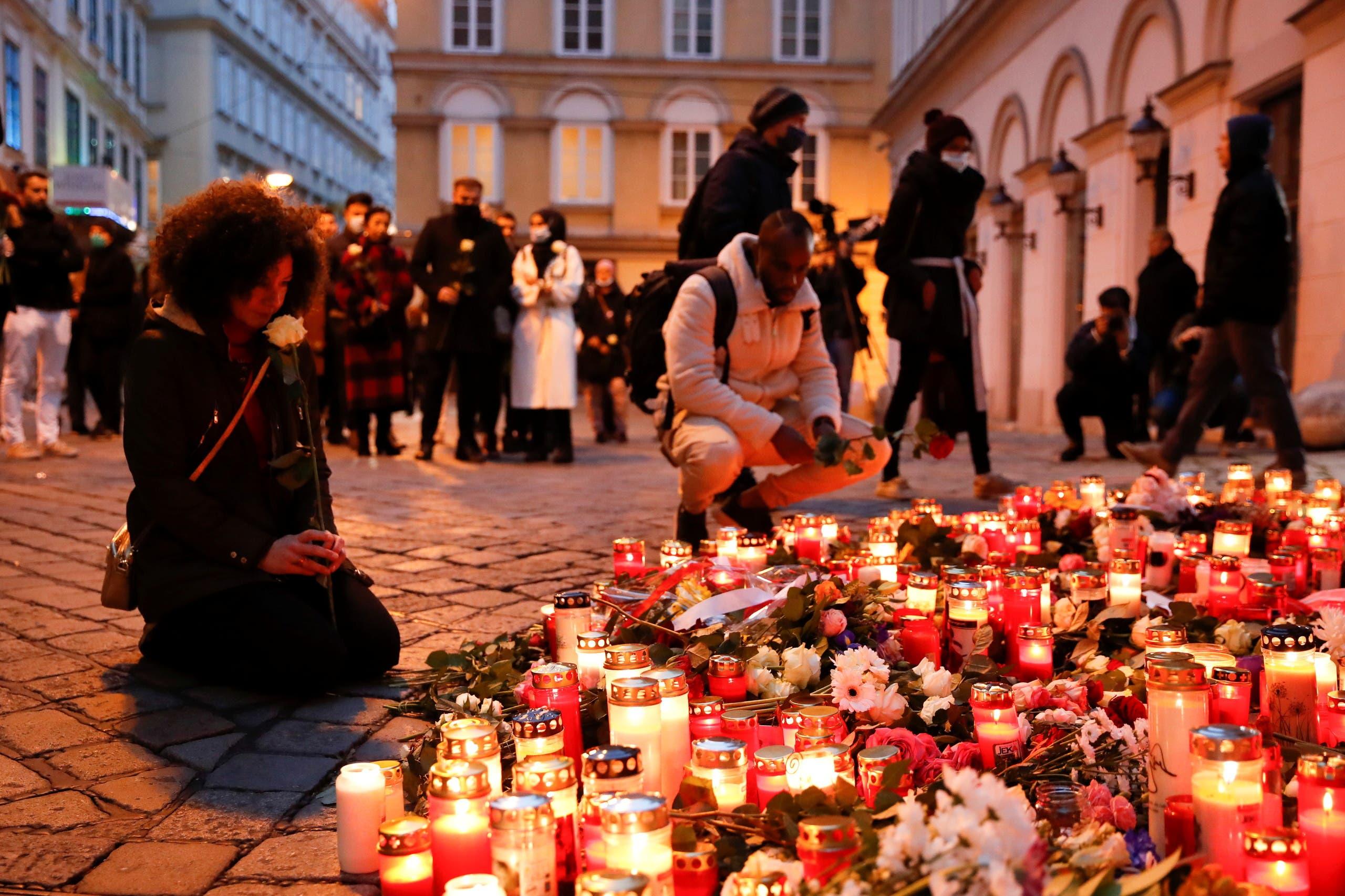 شموع وأزهار في مكان وقوع الهجوم في فيينا