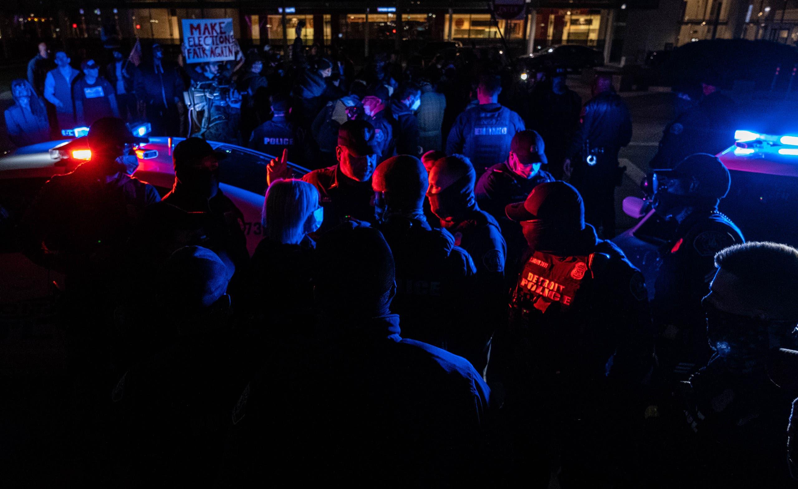 الشرطة في ديترويت بميشيغن تقف للفصل بين تجمعين لأنصار كلا المرشحين