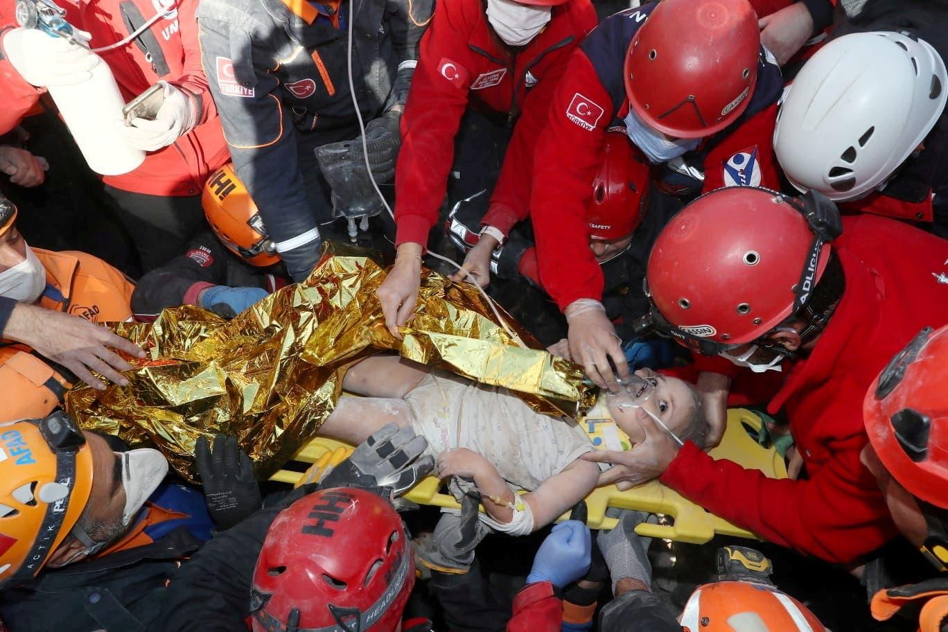 إنقاذ طفلة من تحت الأنقاض في إزمير