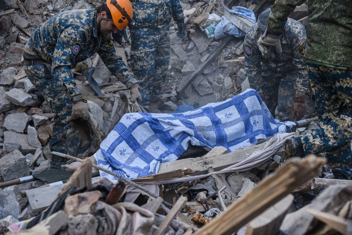 نقل جثة أحد القتلى في القصف على ستيباناكرت