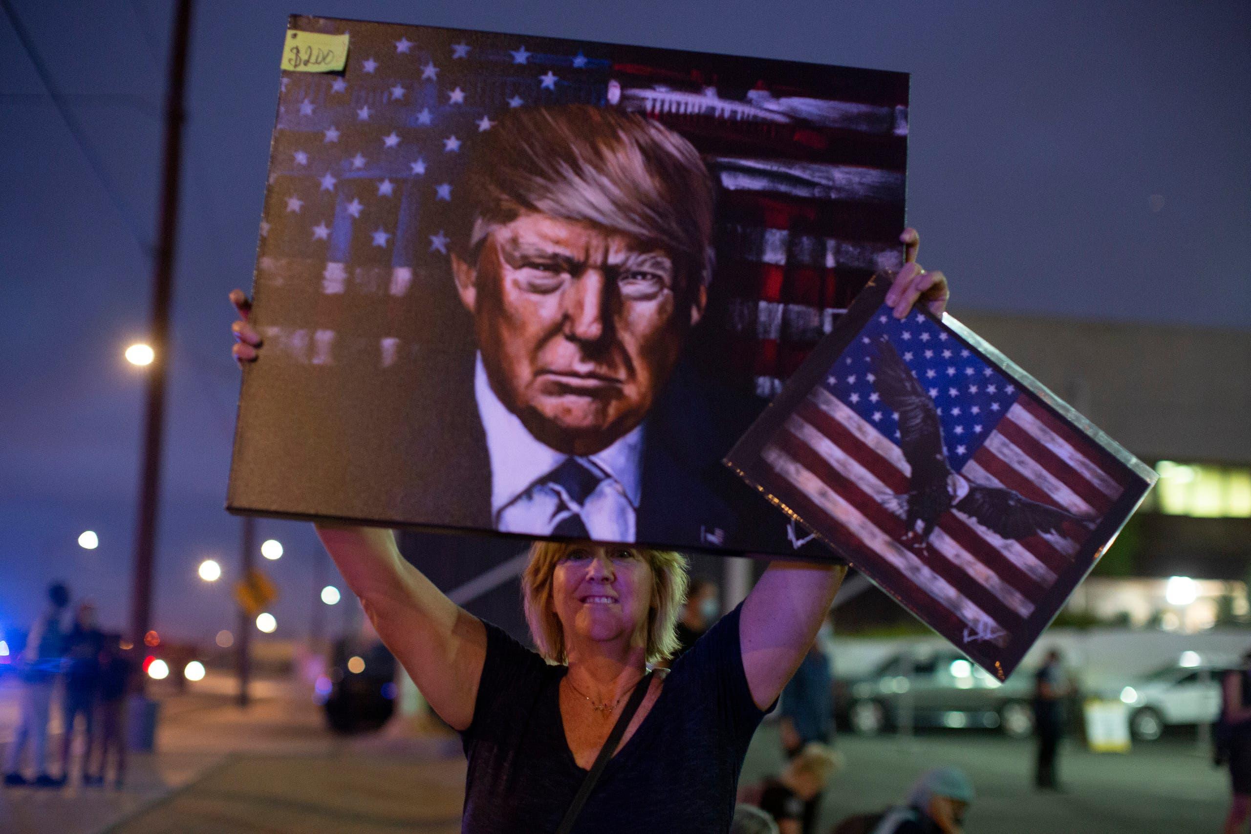 مناصرة لترمب ترفع صورته في أريزونا احتجاجاً على طريقة احتساب الأصوات