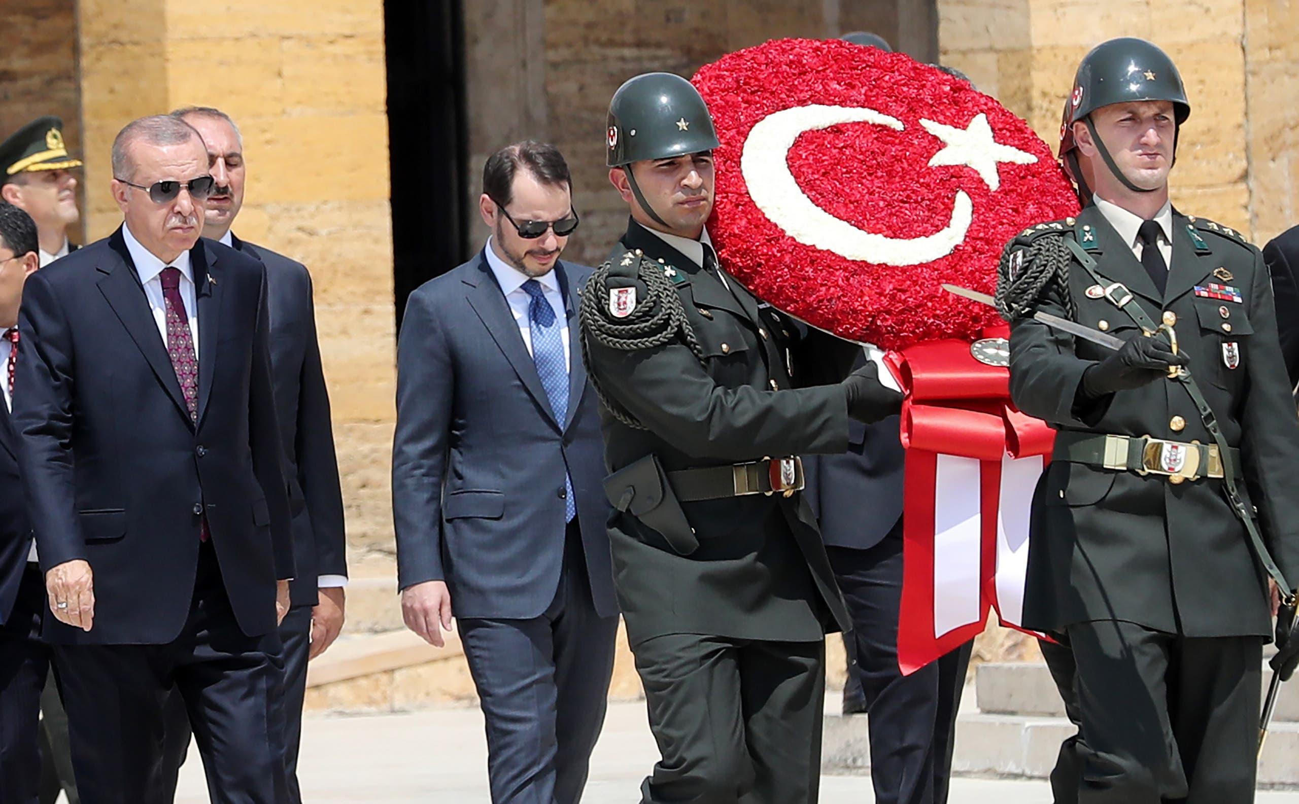بيرات البيرق إلى جانب الرئيس التركي