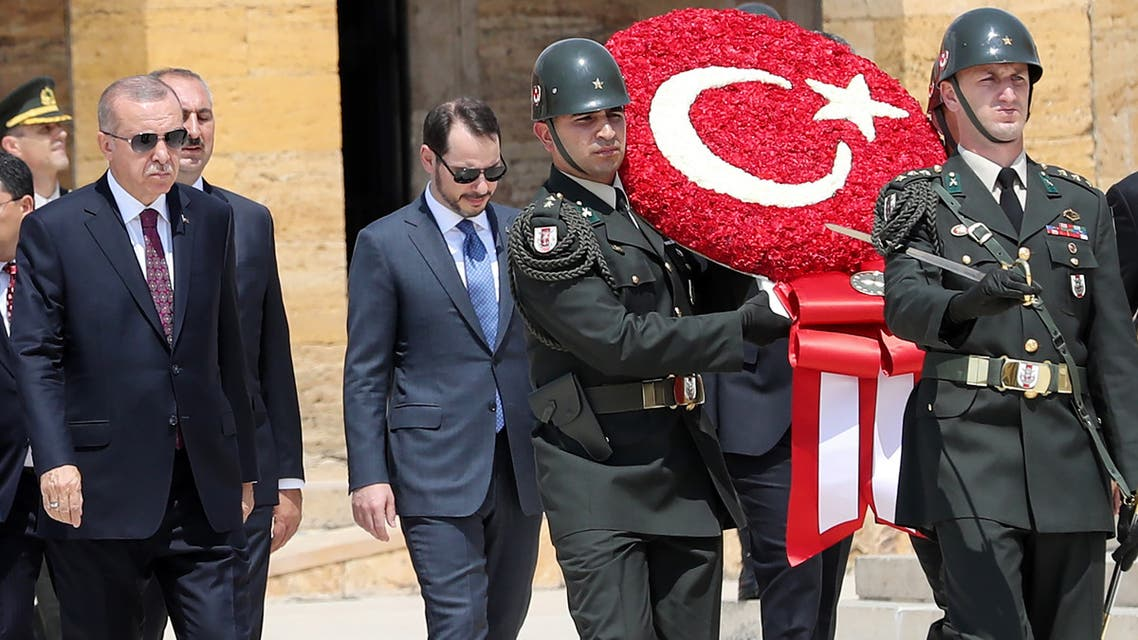 بيرات البيرق إلىجانب الرئيس التركي (أأرشيفية- فرانس برس)
