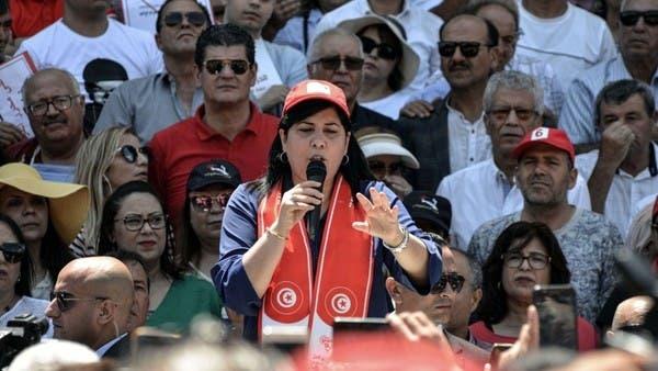 """عبير موسي تدخل في اعتصام مفتوح أمام مقرّ """"اتحاد القرضاوي"""""""