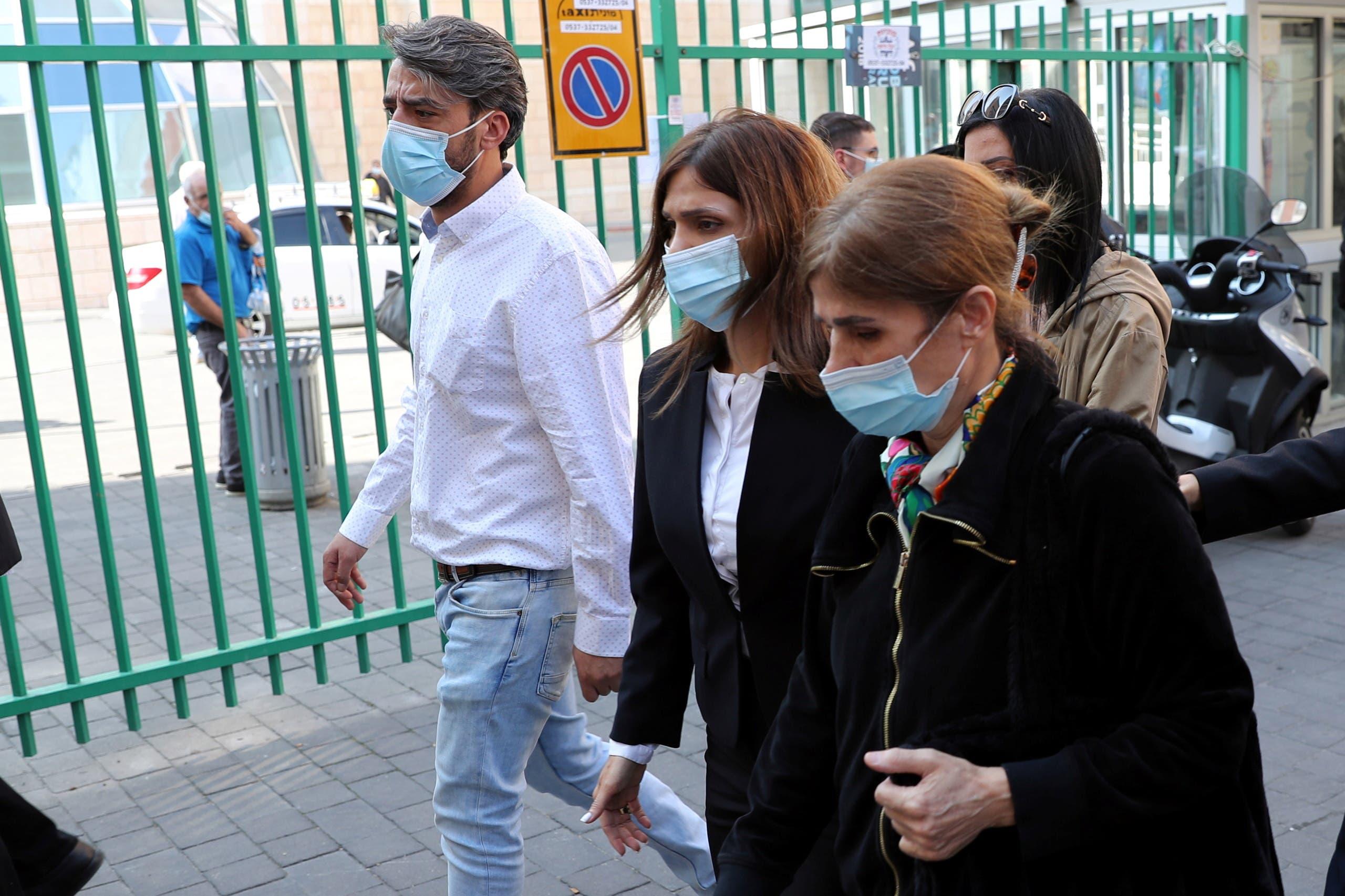 زوجة وابنه عريقات تخرجان من المستشفى في القدس حيث توفي أمس