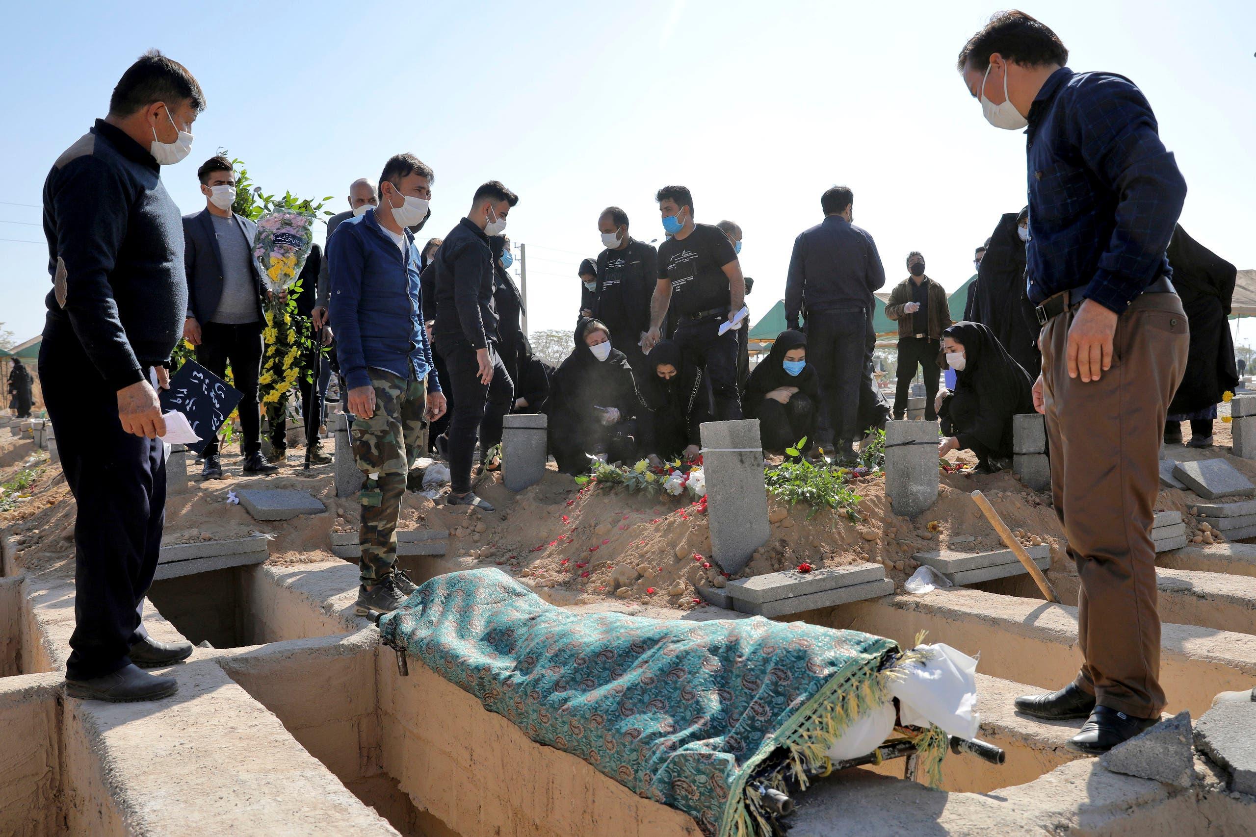 دفن أحد المتوفين