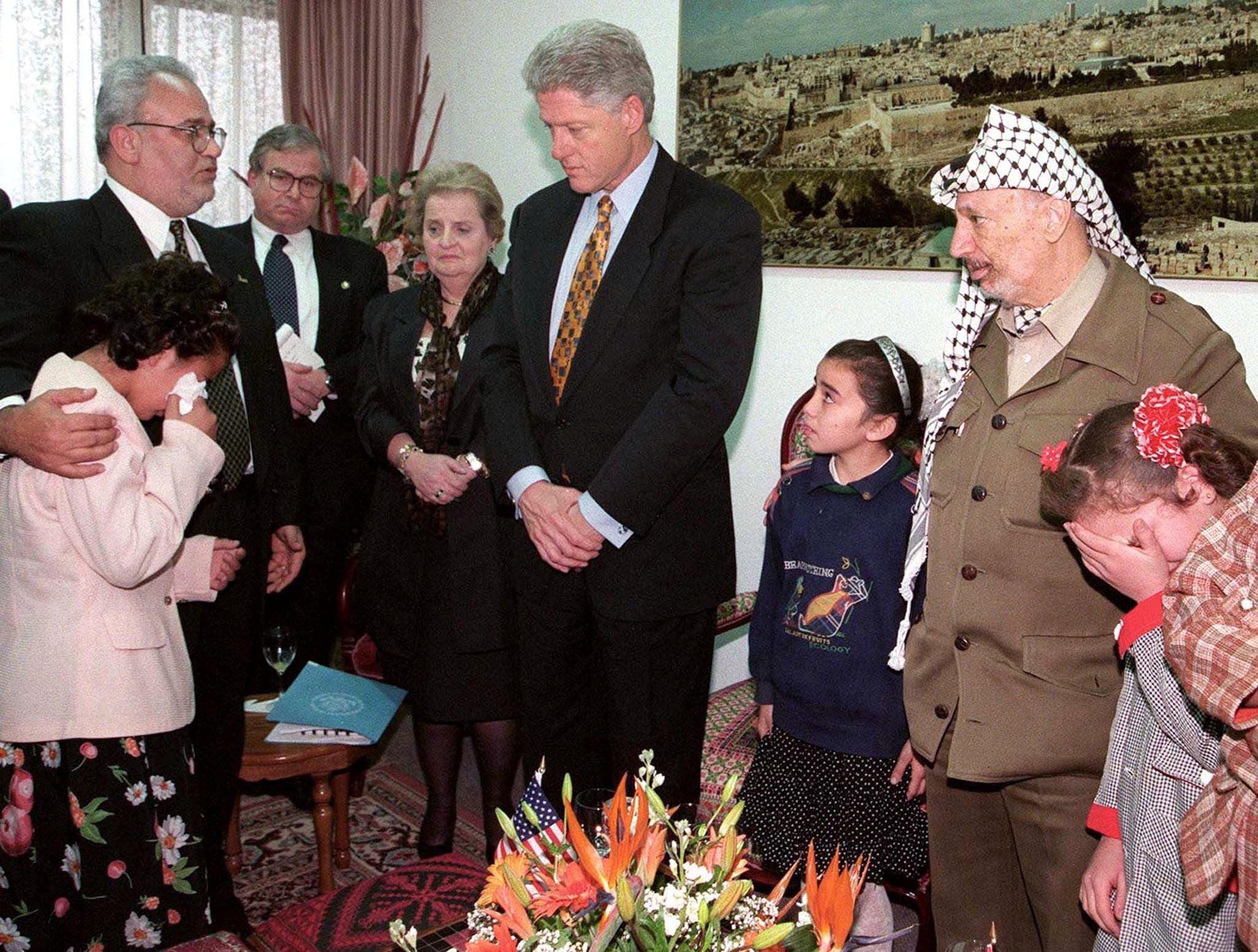 صورة لعريقات مع محمود عباس والرئيس الأميركي الأسبق بيل كلينتون ووزيرة الخارجية الأميركية السابقة مادلين اولبرايت