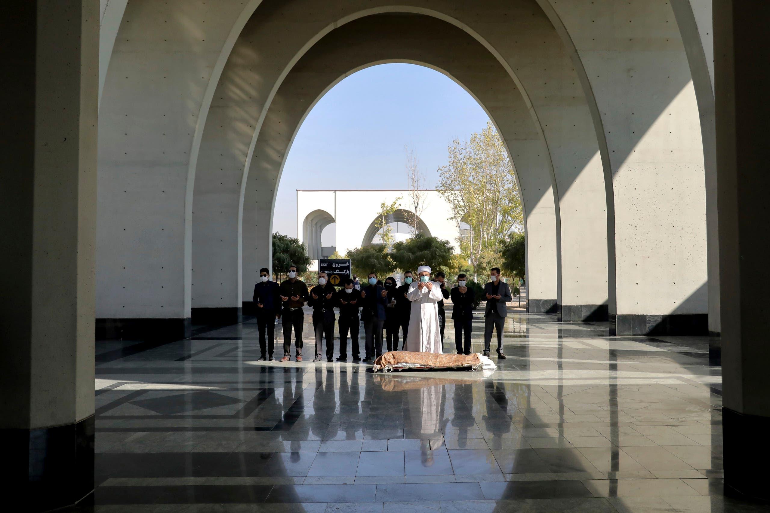 الصلاة على أحد المتوفين في مقبرة طهران