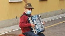 منعوه من رؤيتها.. شاهد مسنا يعزف بالشارع لزوجته المصابة