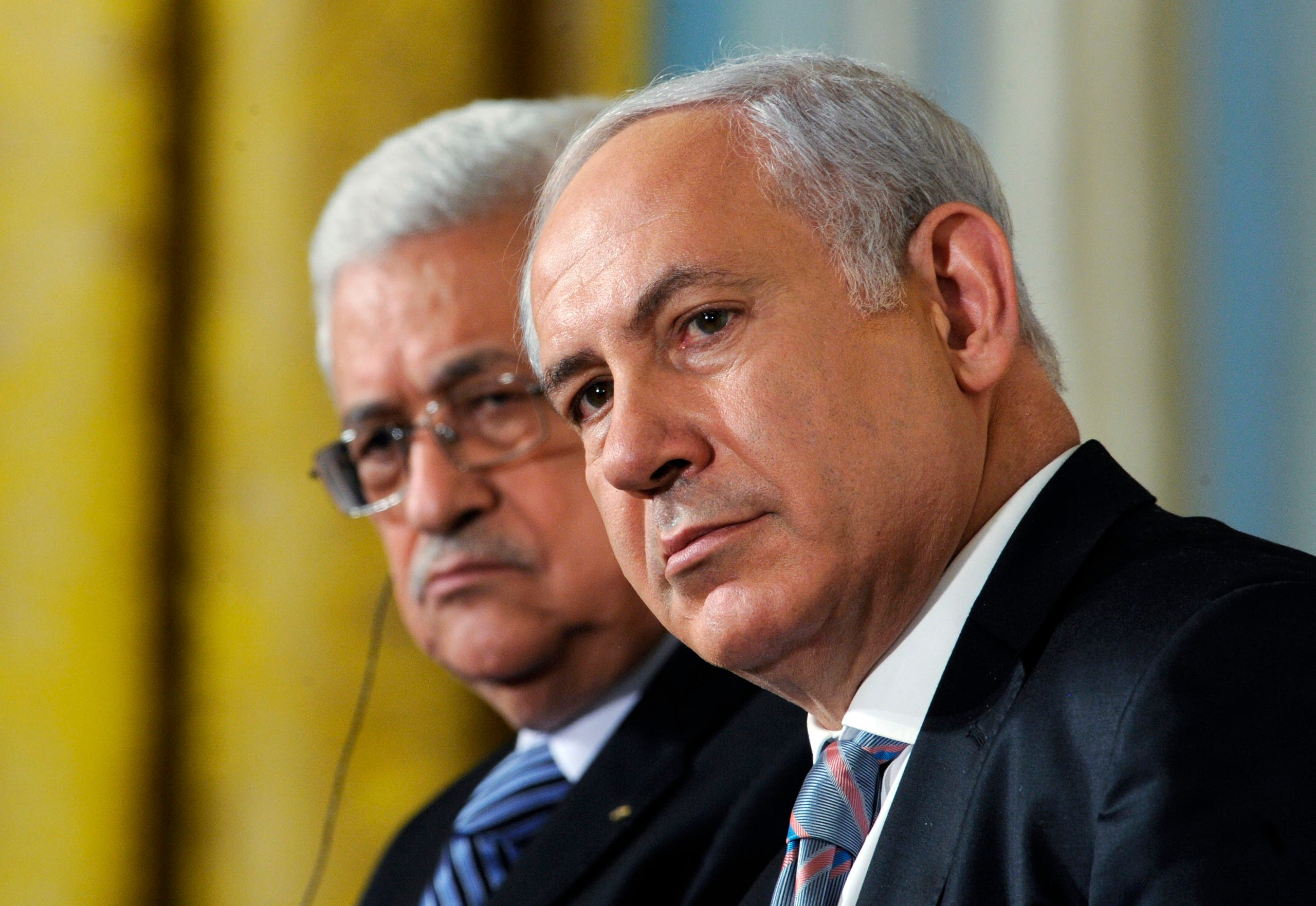 Palestinian President Mahmoud Abbas (L) sits next to Israeli Prime Minister Benjamin Netanyahu in the East Room of the White House in Washington. (File photo: Reuters)