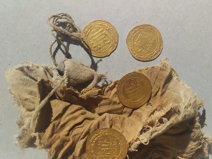 بالصور.. اكتشاف عملات ودنانير من العصر العباسي في مصر