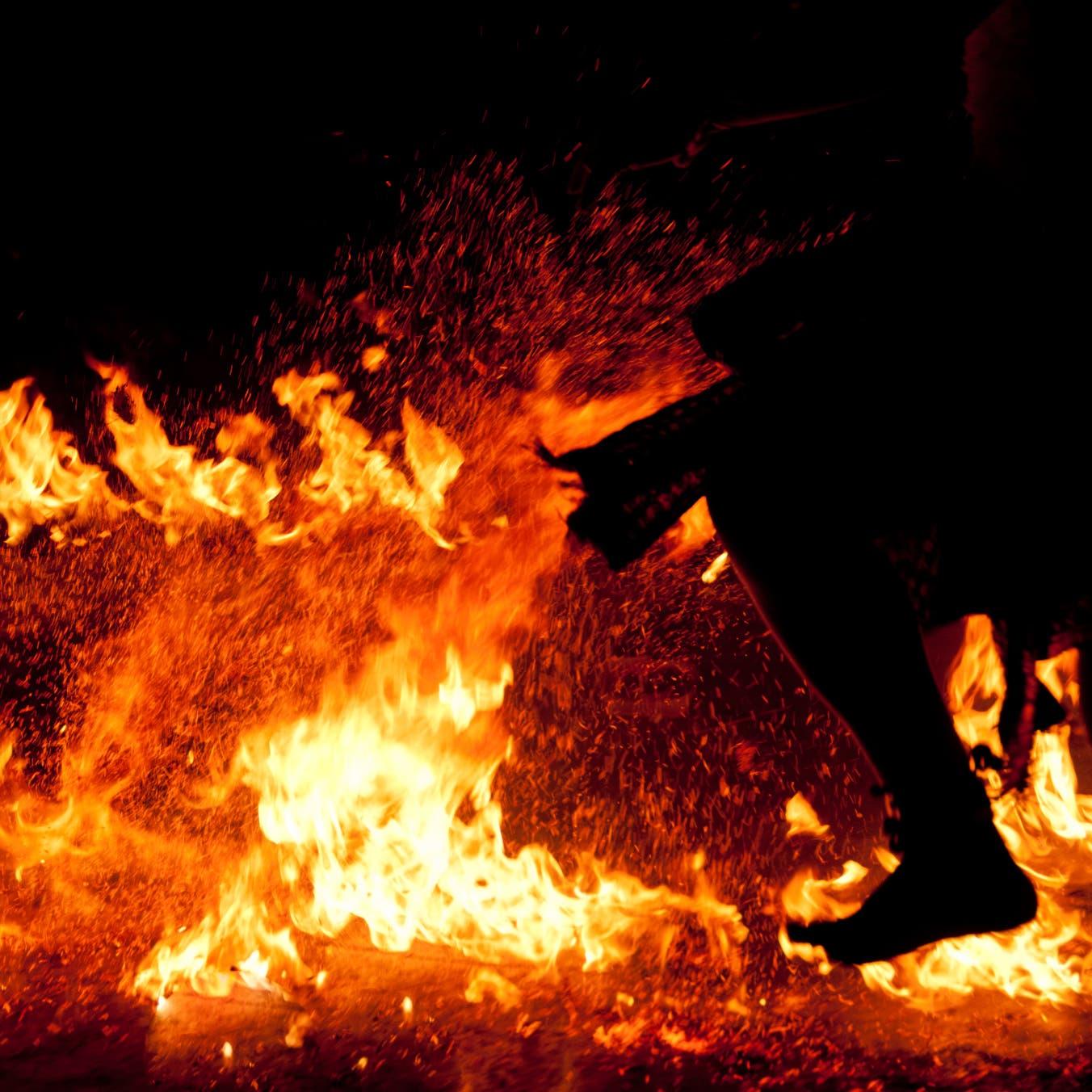 أشعلوا النار بجثته وسرقوا منزله.. جريمة بشعة في مصر