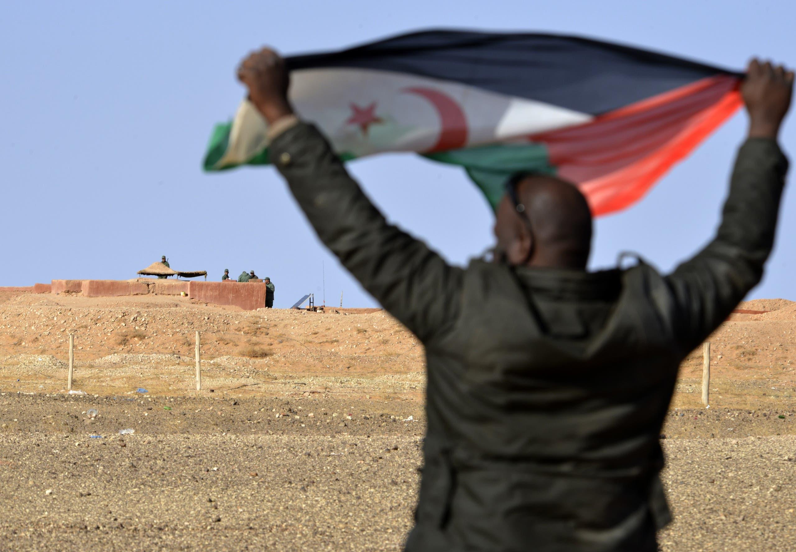رجل يرفع علم جبهة البوليساريو
