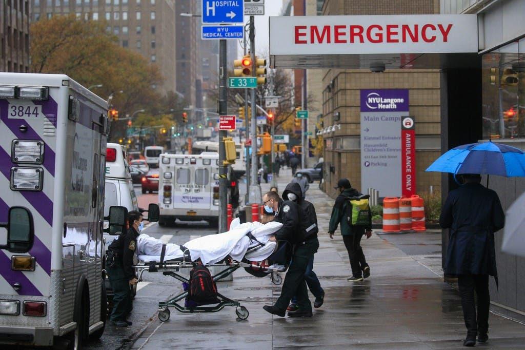 نقل مصاب بكوفيد 19 في نيويورك - فرانس برس