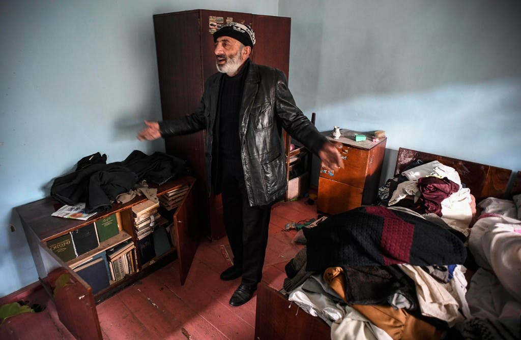 أرميني قبيل مغادرة قريته قبل تسليمها إلى أذربيجان 13 نوفمبر - فرانس برس