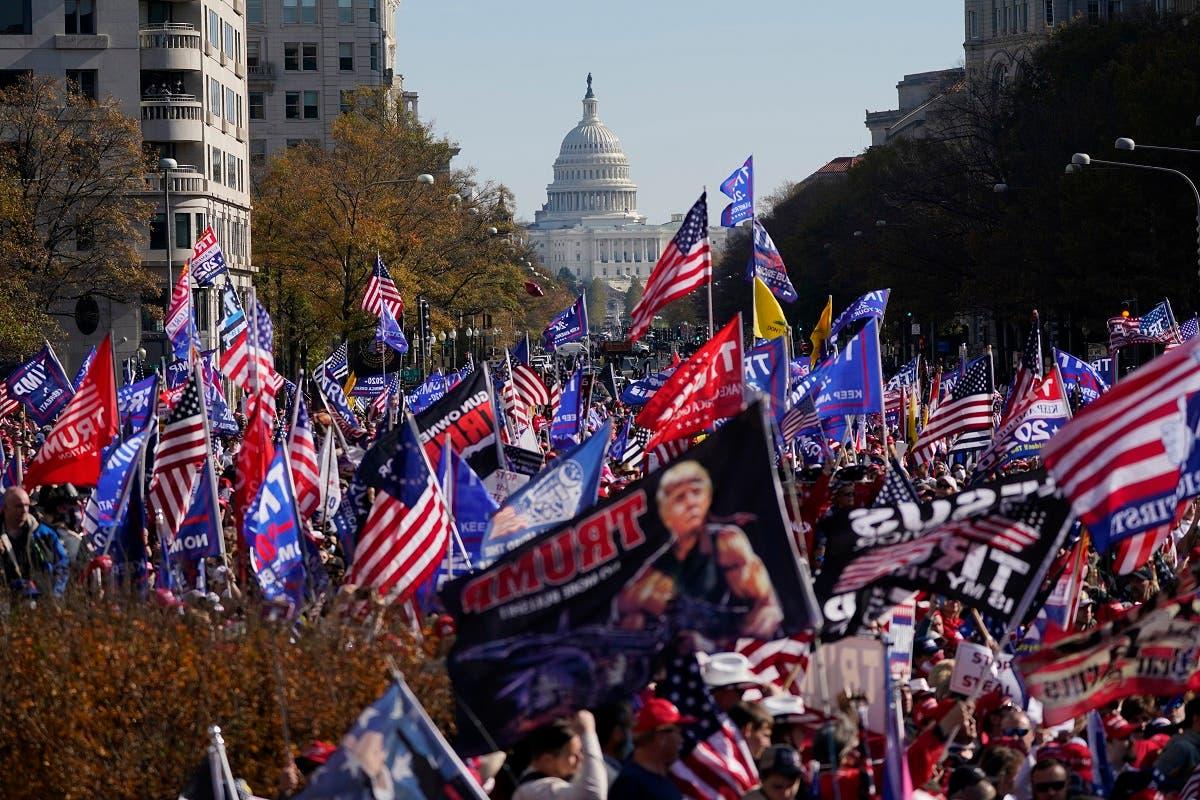 مناصرون لترمب يتجمعون أمام البيت الأبيض