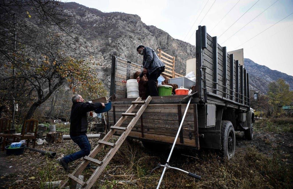 أرميني يغادر منزله وقريته قبل تسليمها إلى أذربيجان 13 نوفمبر - فرانس برس