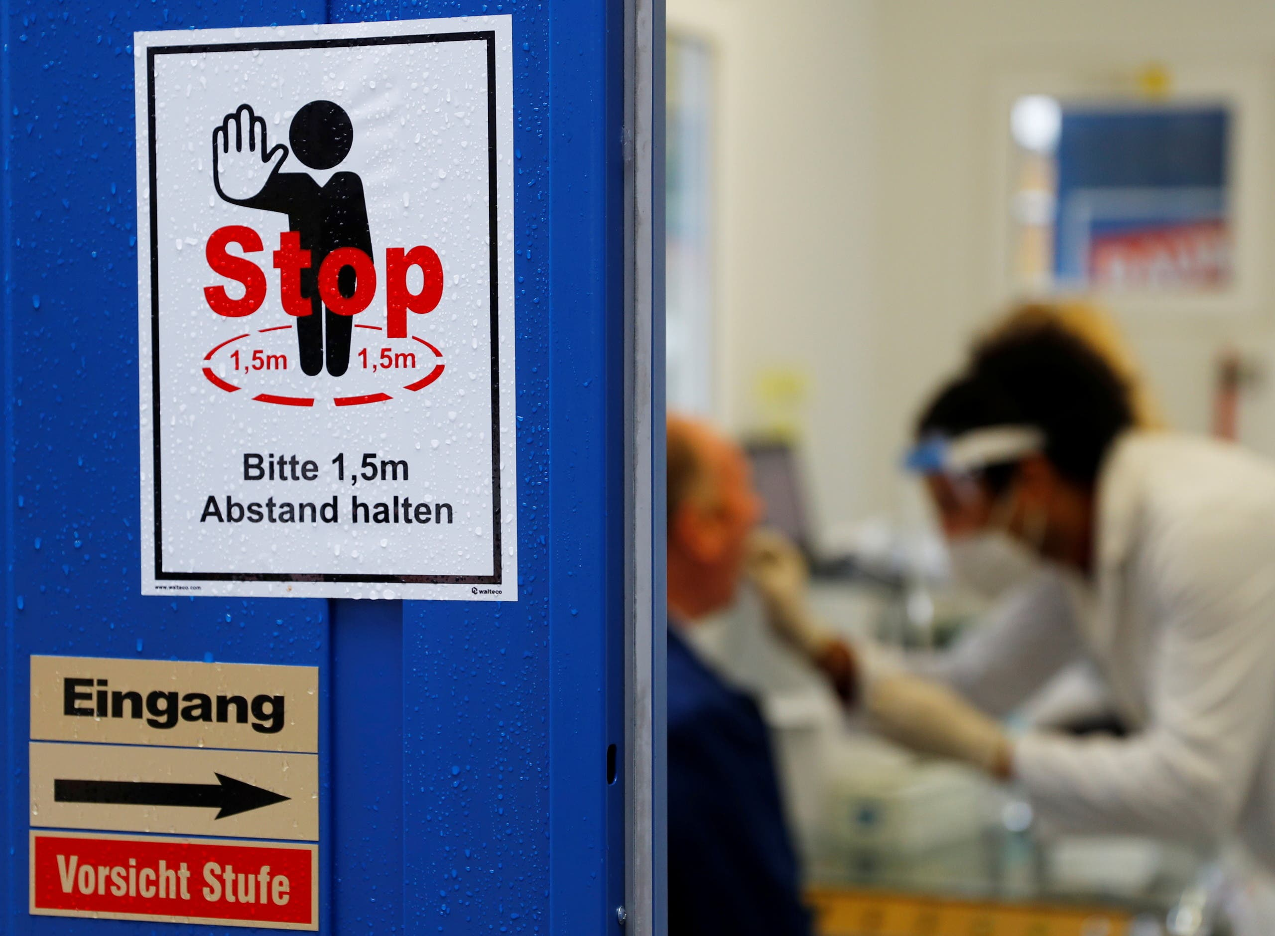 A health care worker performs a fast PCR test at a test center amid the coronavirus outbreak, in Vienna, Austria October 30, 2020. (Reuters/Leonhard Foeger)