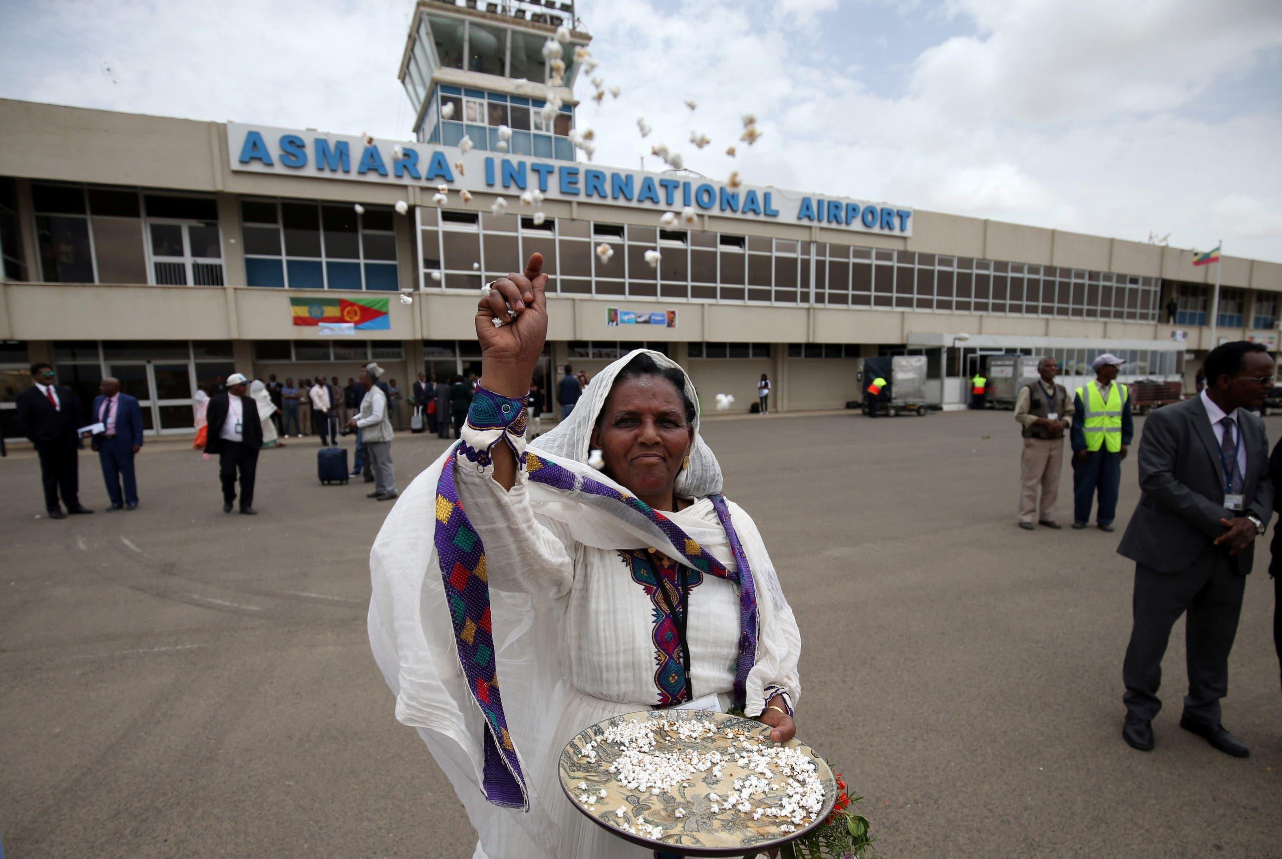 امرأة تحتفل في 2018 أمام مطار أسمرة بوصول أول رحلة قادمة من اثيوبيا