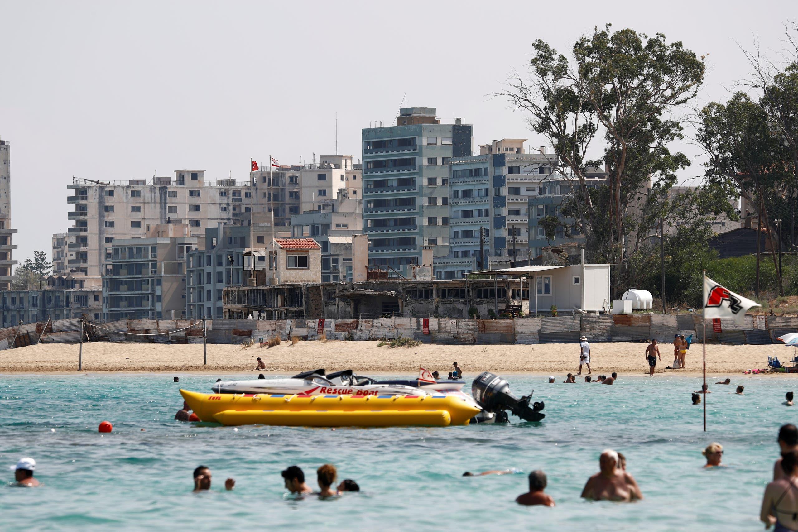 منتج فاروشا المغلق يظهر في صورة التقطت من شاطئ أحد المنتجعات في الجزء اليوناني من الجزيرة