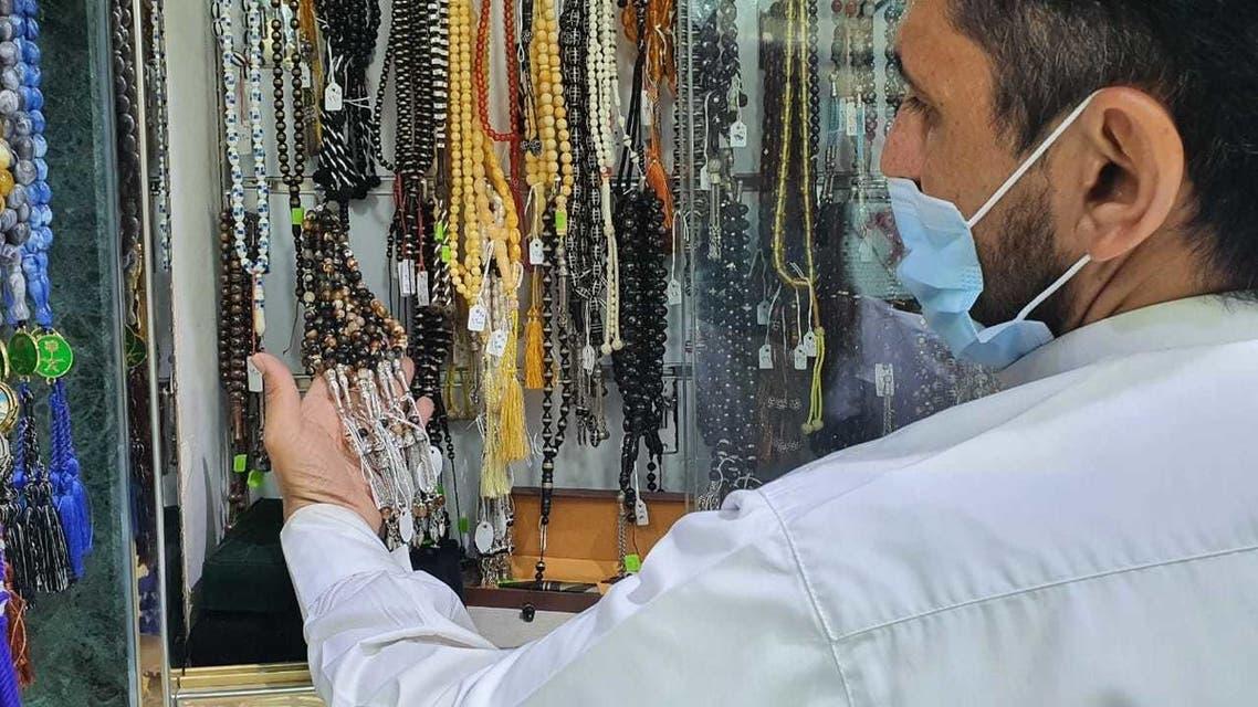 من محلات الهدايا للمعتمرين في سوق مكة المركزي (تصوير لؤي حزام)