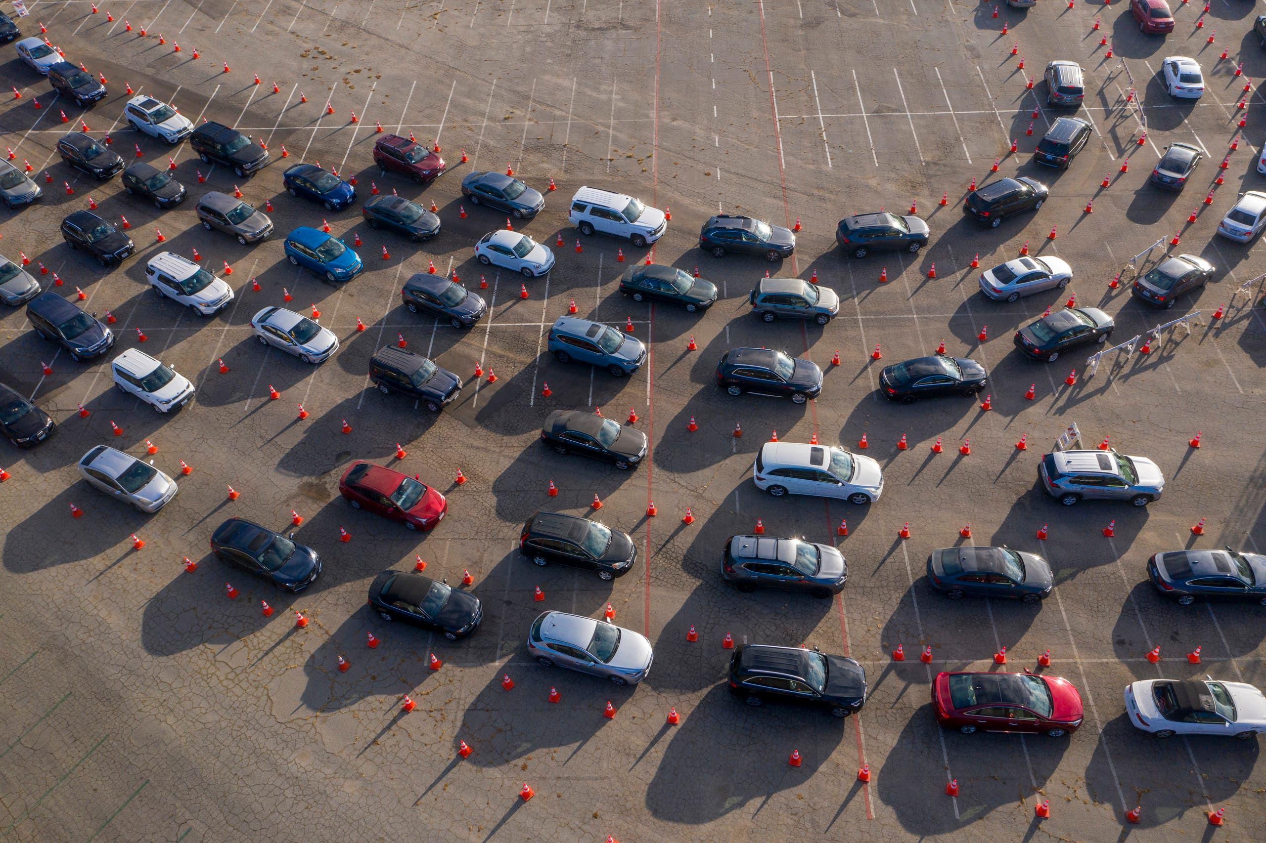 سيارات تنتظر أمام مركز للفحص في لوس انجلوس