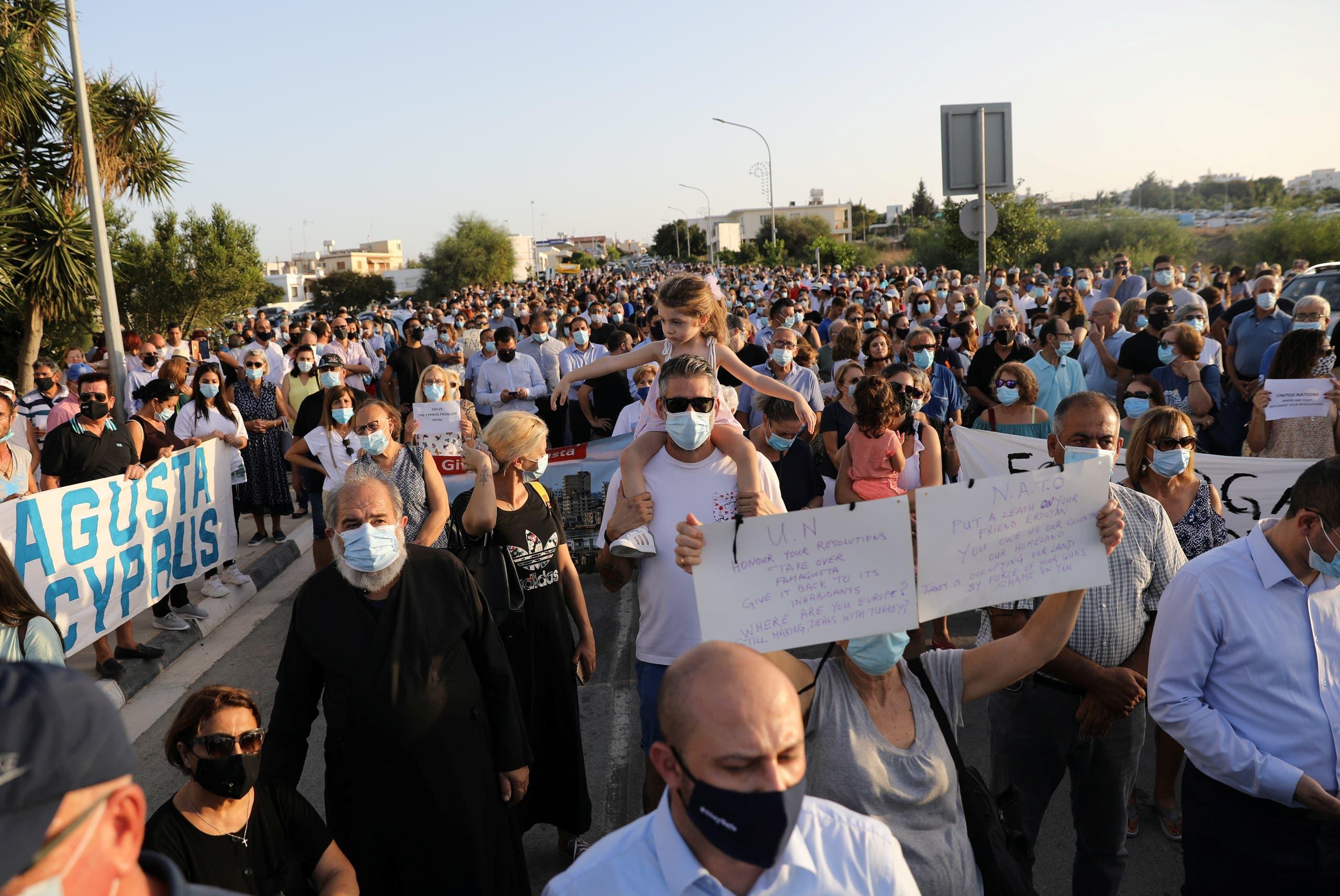 قبارصة يونانيون يحتجون على إعادة فتح أجزاء من فاروشا الشهر الماضي على نقطة حدودية بين جزأي الجزيرة