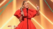 """جنيفر لوبيز الأكثر أناقة لدى تسلّمها لجائزة """"أيقونة 2020"""""""