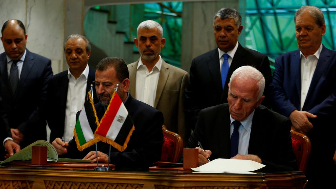 Head of Hamas delegation Saleh Arouri and Fatah leader Azzam Ahmad sign a reconciliation deal in Cairo, Egypt, October 12, 2017. REUTERS/Amr Abdallah Dalsh TPX IMAGES OF THE DAY