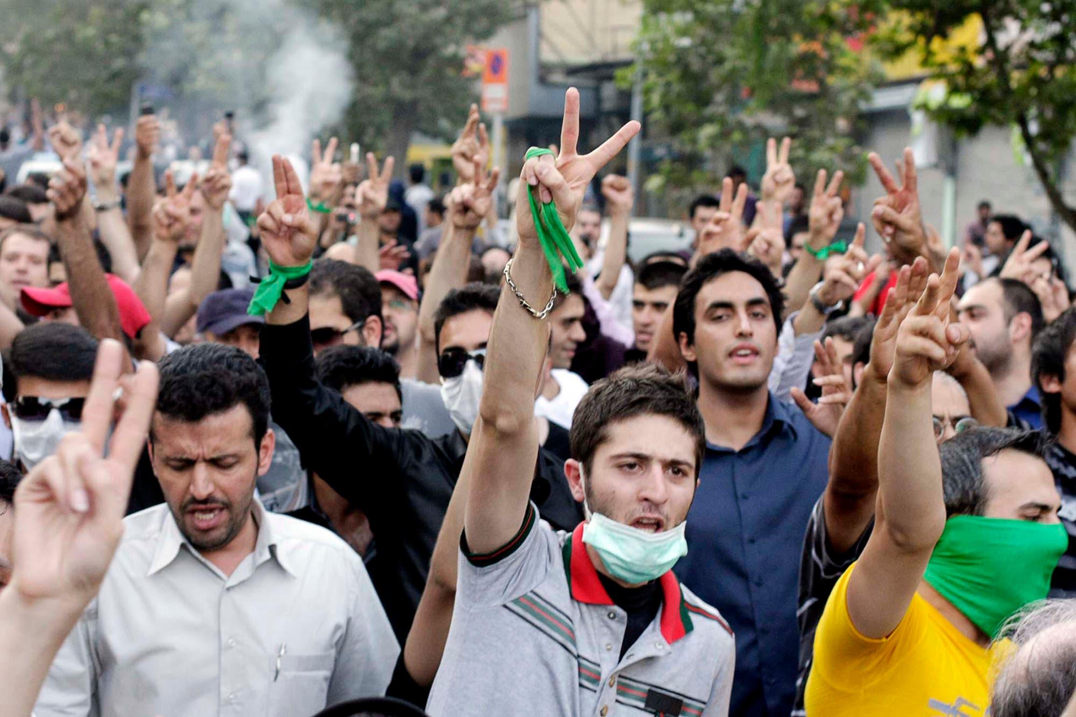 """مناصرو موسوي خلال احتجاج لـ""""الحركة الخضراء"""" في طهران في يوليو 2009"""