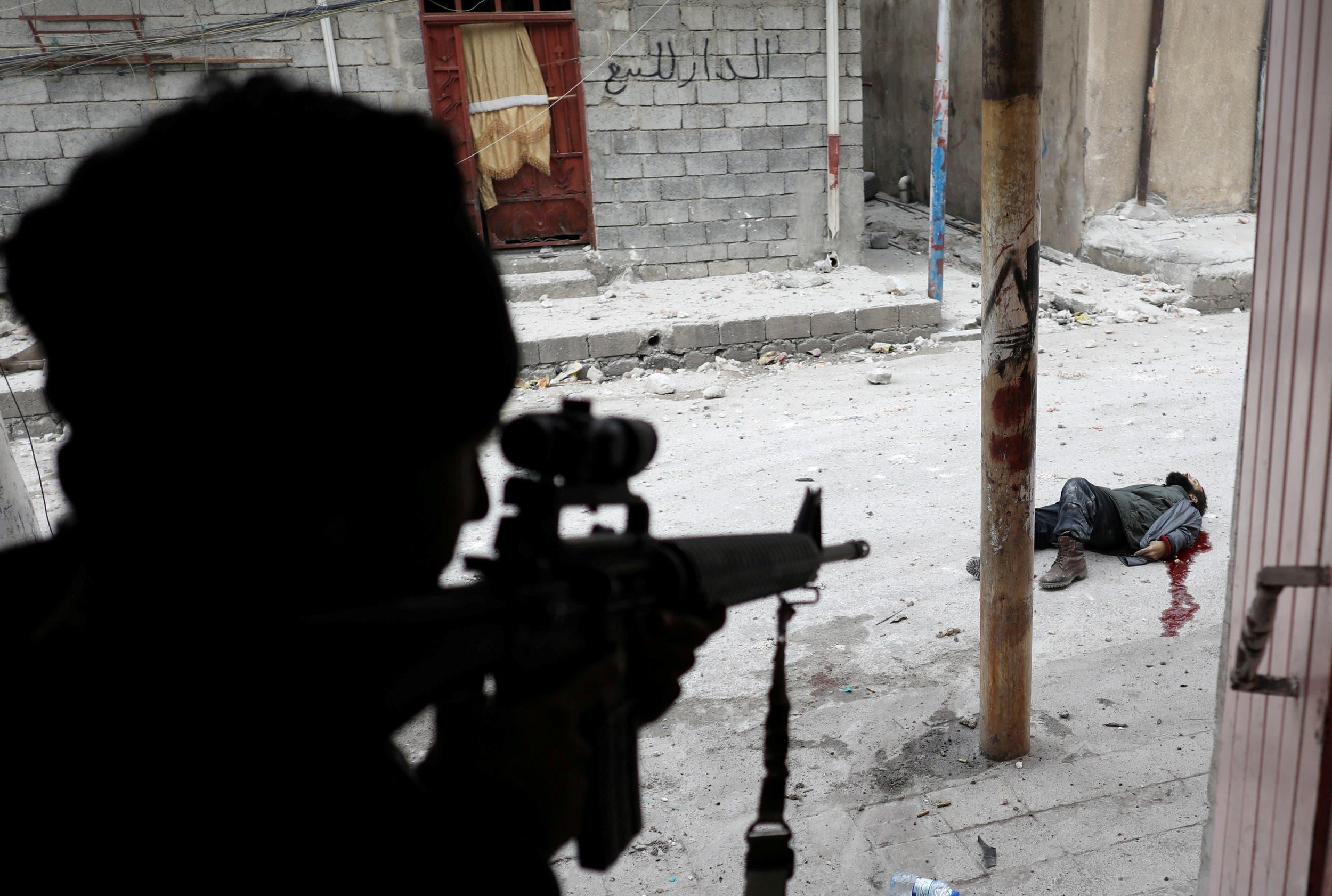 جندي عراقي يقتل انتحاريا من داعش في الموصل في مارس 2017