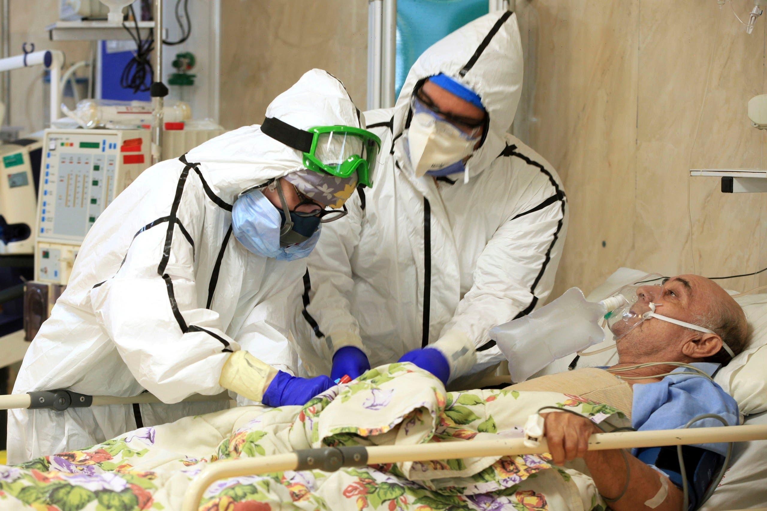 Medics tend to a COVID-19 patient at the Shohadaye Tajrish Hospital in Tehran, Iran. (File photo: AP)