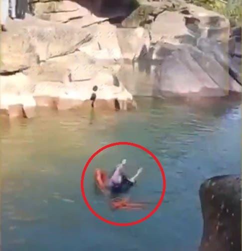 الفتاة لحظة سقوطها في النهر