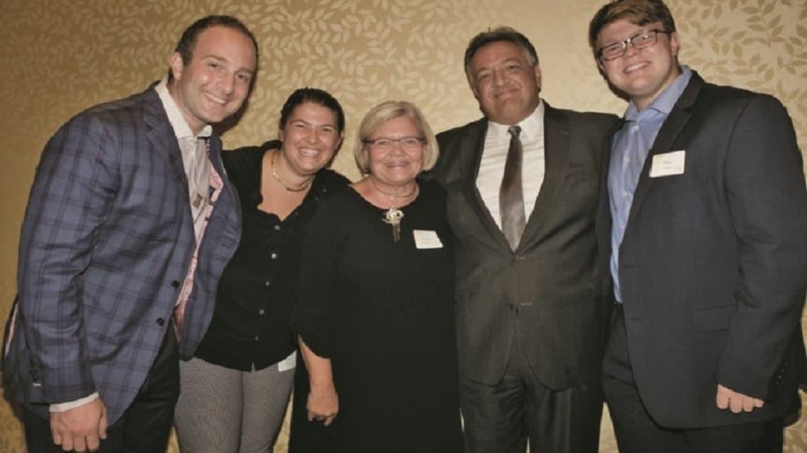 مع زوجته وثلاثة من أبنائه الأربعة