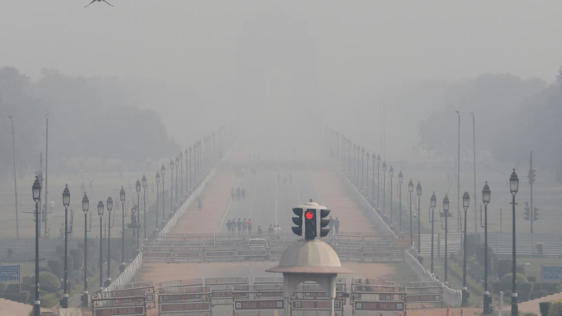 People walk near India Gate on a smoggy afternoon in New Delhi. (File photo: Reuters)