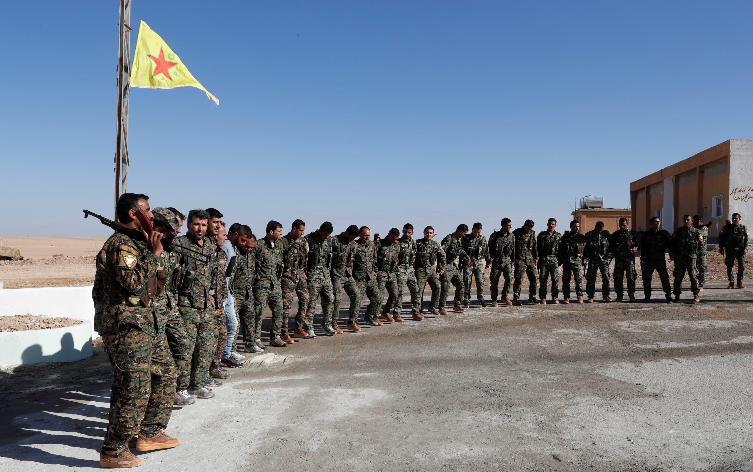 عناصر من قوات سوريا الديمقراطية في معسكر بعين عيسى